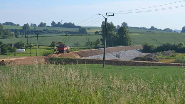 Díky navýšení hráze rybníku vznikne mnohem větší zásobní prostor pro velkou vodu.