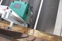 Speřický dálniční most nevypadá úplně nejlépe. Kovové zábradlí pomalu užírá rez, beton se drolí jako pečivo. Řešení kritického stavu mostu přitom není na obzoru.