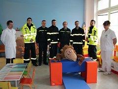 Minulý pátek přišli členové Sboru dobrovolných hasičů Nemocnice Pelhřimov do herny na dětské oddělení předat novou hračku pořízenou z peněz za nasbíraná plastová víčka. Takzvané blokmoduly šli malí pacienti s radostí ihned vyzkoušet.