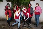 Pracovníci Oblastní charity Pelhřimov vzpomněli v rámci Ručníkového dne, který připadá na 25. května, na spisovatele Douglase Adamse.