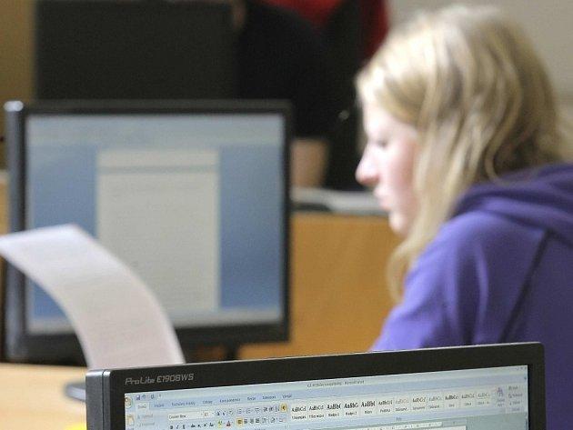Studenti změřili síly v práci s texty.