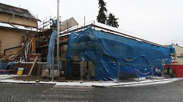 V současné době pracují stavební dělníci v areálu Rodinného pivovaru Bernard Humpolec na navýšení hlavní administrativní budovy o jedno patro.