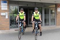 Na dvou jízdních kolech se na cyklohlídkách střídají čtyři policisté. Včera vyjeli směrem ke Křemešníku praporčík Rostislav Mašek (vlevo) a podpraporčík Martin Leitnar (vpravo).