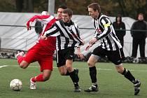 Fotbalisté Pelhřimova (v pruhovaném) se v nedělním divizním souboji s Otrokovicemi neprosadili, na domácím trávníku prohráli 0:1.