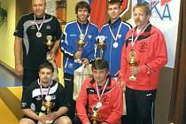 Kameničtí kuželkáři vybojovali v České Třebové stříbrné medaile. Na snímku stojí vlevo Jiří Ouhel, Václav Rychtařík je vlevo v podřepu.