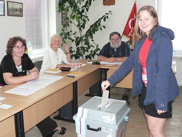 Svůj hlas do volební urny vhodila v pátek odpoledne v doprovodu svých rodičů i devatenáctiletá Michaela Ošťádalová ze Senožat.