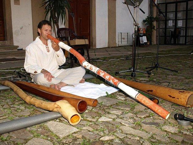 Didgeridoo Pavla Peloucha měří více než jeden a půl metru.