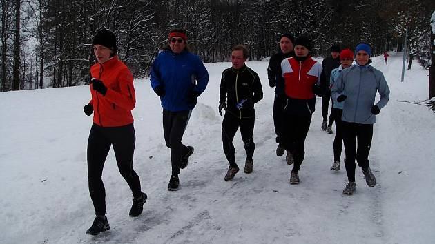 Žáci Škorpilovy Běžecké školy se na přelomu roku opět proběhnou zasněženou krajinou společně. Přesně jedenáct hodin po páteční půlnoci se k nim klidně můžete přidat třeba i vy.