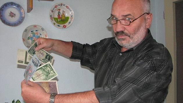 Peníze dneska miluje spousta lidí. Rudolf Fojtík je má rád také, i když v jeho případě je ten vztah přece jenom jiný. Prostřednictvím numismatických pokladů může shrnout celé dějiny samostatného československého státu.