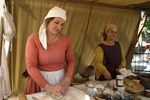 Středověké pochutiny v Žirovnici připravovaly Magdaléna Horká (vlevo) a Anežka Slavíková.
