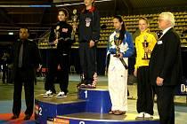 Adriana Šimánková (na stupních vítězů zcela vpravo) vybojovala v Eindhovenu bronz.