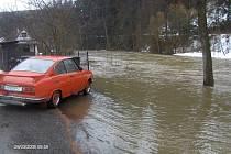 Želiv měl co do činění s potopou kromě srpna 2002 také při loňském jarním tání. Takto vypadala koncem března jindy vcelku poklidná řeka Želivka, jejíž tok zrovna kulminoval.