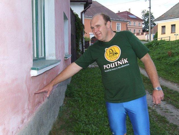 """Tudy tekla voda,"""" ukazuje Milan Nebesař na dům, který označil za téměř vodotěsný.  Kdyby prý byla podobně nepropustná i vrata, mohli obyvatelé překročit povodně suchou nohou."""