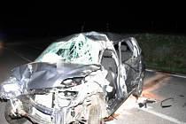 Zbytky z auta po sobotní nehodě, která se stala v noci u Nové Bukové. Třicetiletý řidič na místě podlehl,