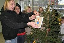 Na stromečku v humpoleckém infocentru visí vlastnoručně vyrobené přáníčko od obyvatel dětského domova.
