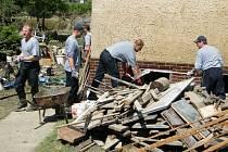 Pelhřimovští hasiči pomáhali obětem povodní, mimo jiné čerpali vodu nebo vynášeli věci ze zaplavených objektů.