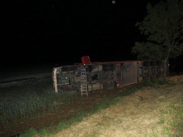 Téměř dvě promile nadýchal sedmapadesátiletý řidič z Litvy, který havaroval s nákladní soupravou, na níž převážel živý skot.