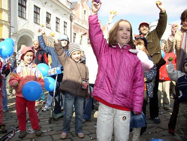 Do rekordu na hromadné hraní na rytmická velikonoční vajíčka se v Pelhřimově zapojilo 307 lidí.