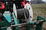 Zařízení na vyjímání hadic kapkové závlahy z hrůbků před sklizní.