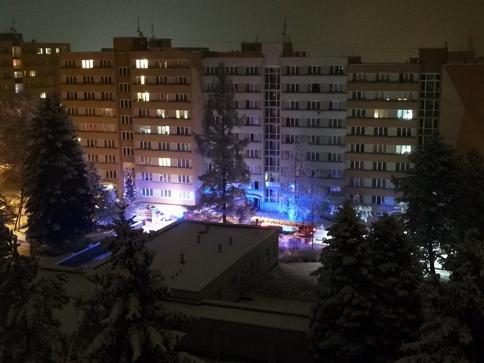 Hasičská auta se sjela k výškové budově v pelhřimovské ulici Osvobození. Hořela tam elektroinstalace.