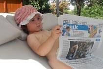 Dvouletá Justýnka Pospíšilová z Vojslavic si ráda prohlíží Pelhřimovský deník.