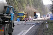 Motoristé musí počítat se zdržením u Velkého Rybníka, kde řídí dopravu u opravovaného mostu semafory.