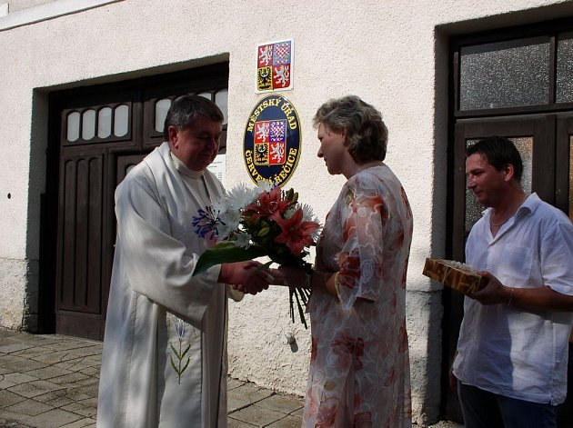 Řečický farář Jozef Labuda přijal gratulaci od starostky Zdeňky Bečkové a jejího zástupce Dušana Obrance za desetileté služby lidem ve městečku se sobě vlastní pokorou.