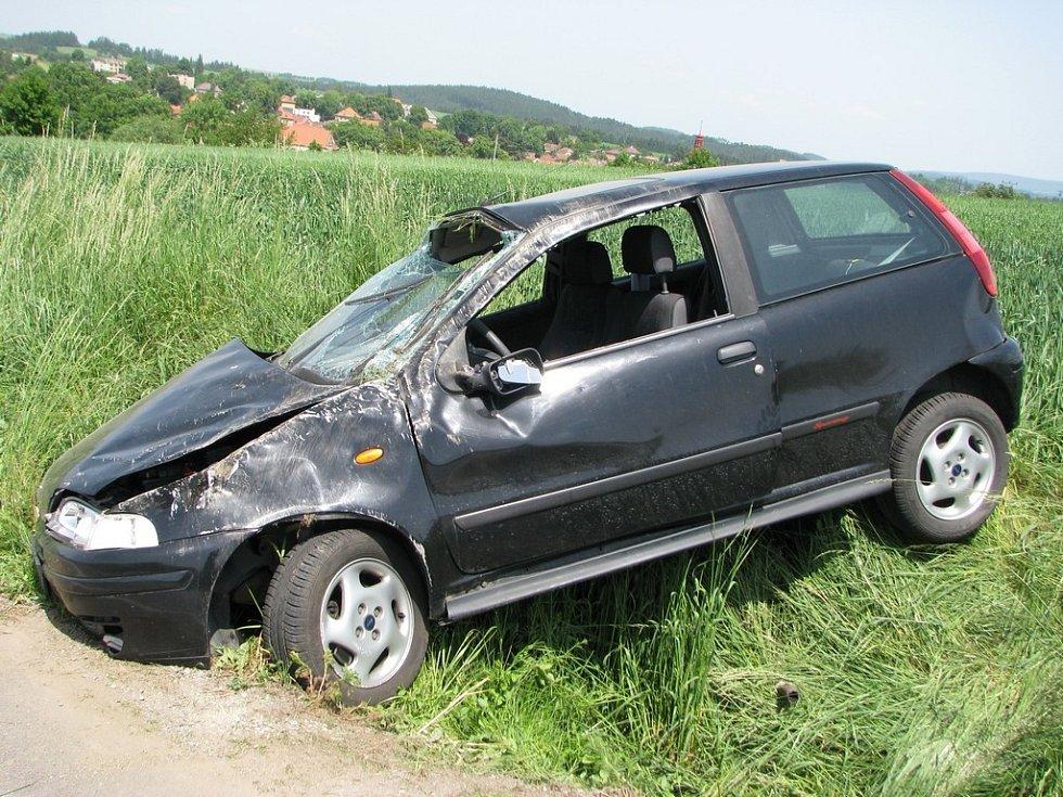 Dopravní nehoda se stala okolo půl jedenácté Řidič Fiatu Punto jel z Pelhřimova směrem na Červenou Řečici a skončil v příkopu