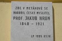 Pamětní deska na zdi budovy muzea.