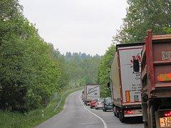 Před světelným signalizačním zařízením stojí řidiči především v dopravní špičce i desítky minut.