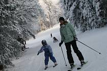 V plném proudu je i sezona ve Ski areálu Křemešník. Na svahu se nachází kolem sedmdesáti centimetrů technického sněhu. Příznivci rychlých prken se dokonce mohou svézt pod umělým osvětlením, a to každý den do jednadvacáté hodiny.