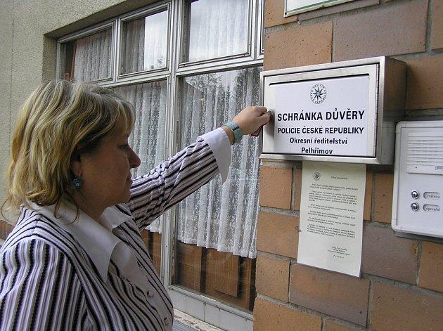 Jedna ze schránek důvěry je také u vchodu okresního ředitelství pelhřimovské policie na ulici Pražská. Policejní mluvčí Hana Kotková jí vybírá jednou za týden.
