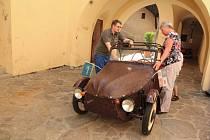 Už přibližně týden obdivují návštěvníci hradu Kámen, který je součástí Muzea Vysočiny Pelhřimov, legendární tříkolku velorex.