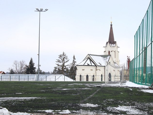Značně opotřebovaný povrch  umělého trávníku třetí generace postaveného v roce 2006 na hřišti hned za kaplí svatého Kříže v Pelhřimově bude v blízké době minulostí.