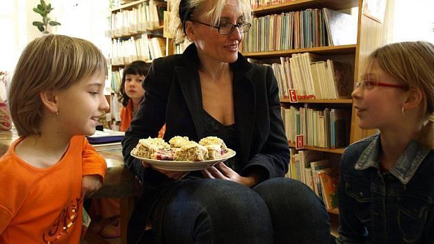 Do Městské knihovny v Kamenici nad Lipou na loňskou Noc s Andersenem přijela za nejmenšími čtenáři ilustrátorka dětských knih Renáta Fučíková.