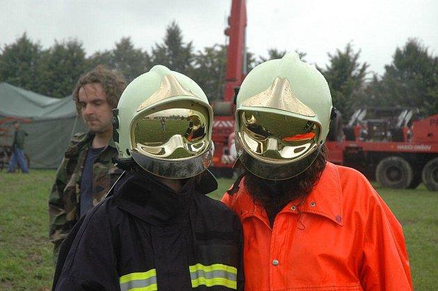 Feuer show v Košeticích skrápělo temné nebe. Atraktivní přehlídku však deště nezhatily