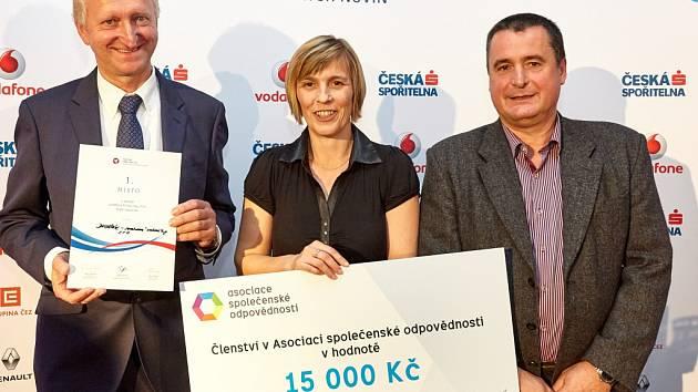 Na snímku zleva Lubomír Dvořák (DVOŘÁK – svahové sekačky), Jarmila Kasalová a Zdeněk Mikulášek (zástupci Rodinného pivovaru Bernard Humpolec)
