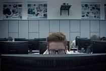 Záběr z filmu  Gottland, který představuje Zdeňka jako počítačového odborníka.