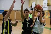 Basketbalisté Pelhřimova (ve světlém) se v neděli na své palubovce pokusí získat premiérovou prvoligovou výhru. Stát v cestě jim bude USK Praha B.