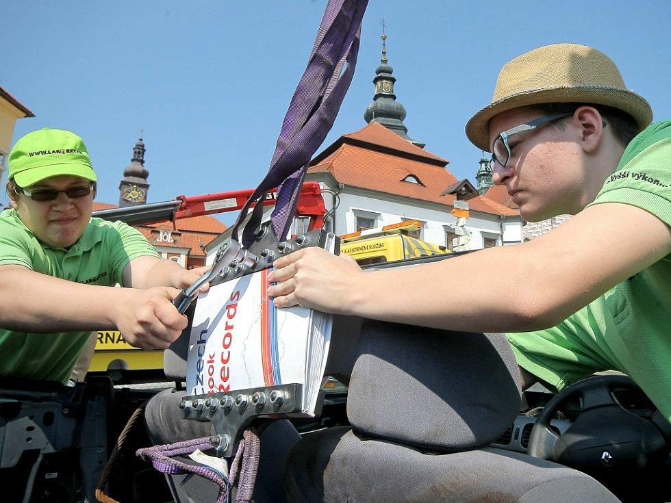 Už před polednem měl festival něco jako předpremiéru pokus s autem zavěšeným na jeřábu a v jednom místě spojeným jenom vzájemně propojenými listy dvou knih.