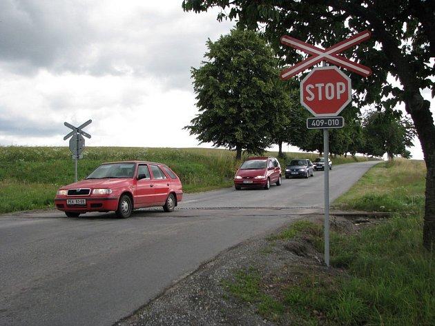 Stopku u přejezdu kousek za Kamenicí nad Lipou respektovali řidiči hlavně kvůli hlídkujícím policistům. I tak se našlo sedm hříšníků, kteří přejezd doslova přelétli.