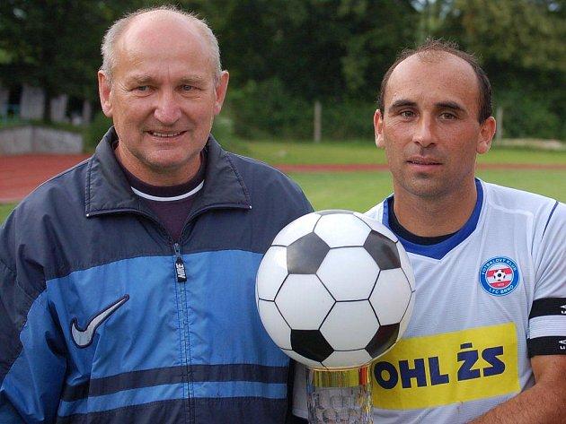 Vlastislav Machoň (vlevo) letos odevzdal pohár do rukou kapitána Brna a jednoho z nejlepších hráčů turnajeTomáše Polácha.