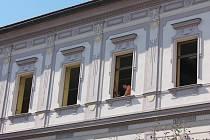 Eurookna nyní řemeslníci instalují v budově pelhřimovské knihovny.