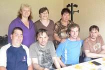 Lukáš Langer (na snímku druhý z prava) si v Pelhřimově našel řadu kamarádů.
