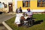 Slamáci vytvořili před uměleckým kovářství v Olešné odběrné místo, kde si zájemci mohou brát nebo odevzdávat ušité roušky.