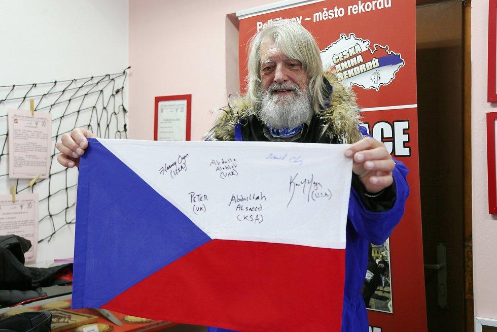 Zdeněk Chvoj si ke svým sedmdesátým narozeninám nadělil cestu na oba zeměpisné póly. Vytvořil tak světový rekord.