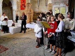 Deváťáci z Nové Cerekve si své vysvědčení převzali v tamní synagoze.