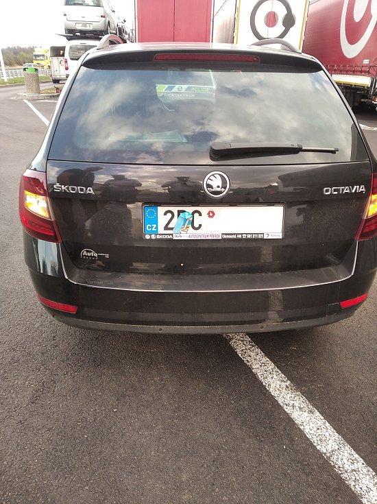 Policie zastavila auto s částečně zakrytou registrační značkou.