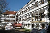 Základní škola v Senožatech se opravuje.