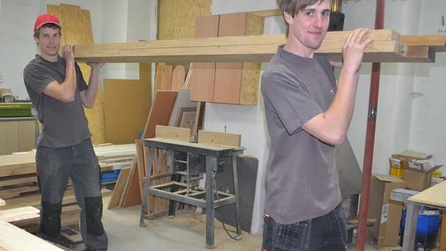Michal Adamec a David Čihák (zleva) si nedávno stodolu u domu v Bystré u Humpolce opravili k obrazu svému. V dílně vyrábějí nábytek.